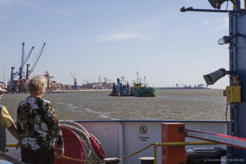 Blick von der Fähre auf den Hafen