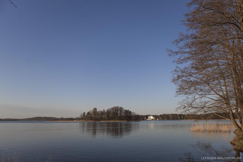Blick über den See auf das Užutrakis-Anwesen